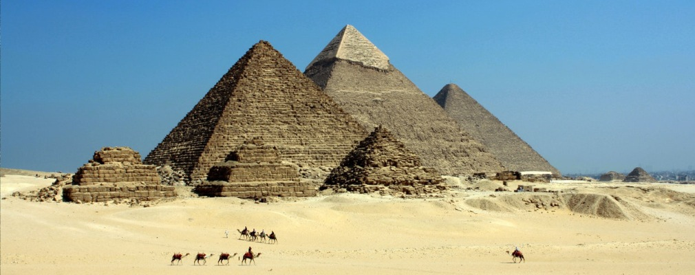 kamelen en piramiden